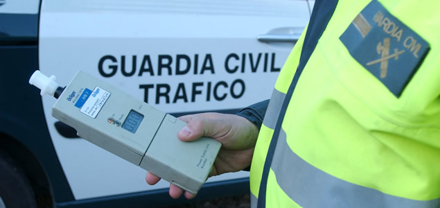 agente Guardia Civil Trafico test alcoholemia1