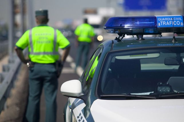 Agentes-Guardia-Civil-Trafico-rutinario