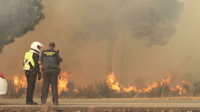 Agentes Guardia Civil intervienen incendio